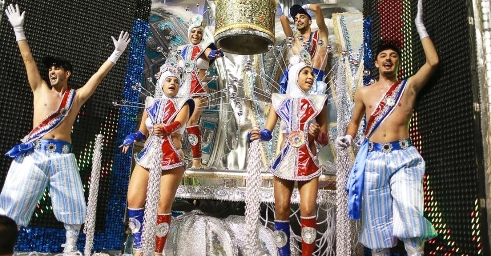 10.fev.2013 - Destaques do carro Os Tigres Asiáticos, que representa o desenvolvimento da Coreia. A Unidos da Vila Maria foi a quinta escola a passar pelo Sambódromo do Anhembi na segunda noite do Carnaval de São Paulo