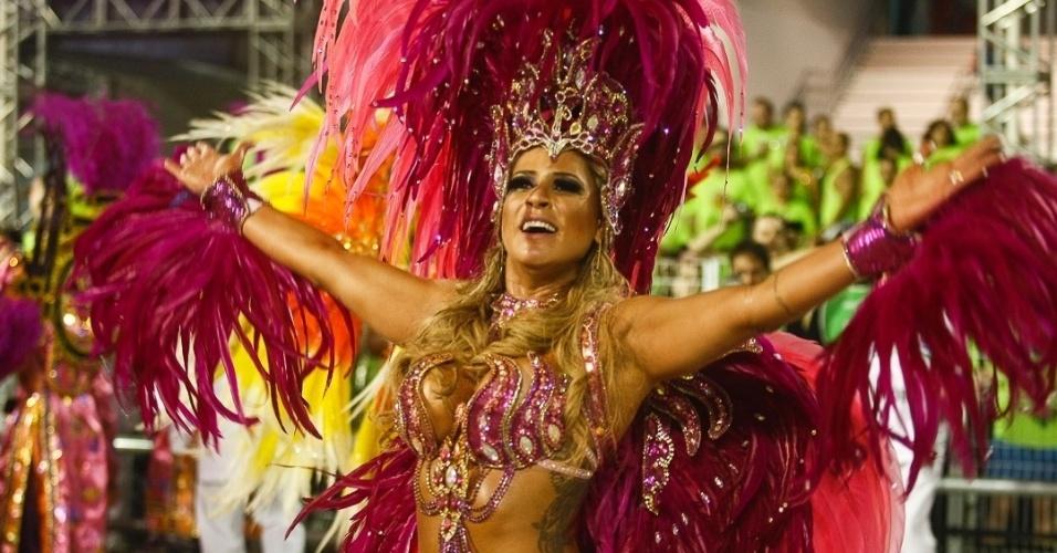 10.fev.2013 - Elen Pinheiro, madrinha da bateria da Unidos de Vila Maria, esquentou a madrugada do Sambódromo do Anhembi. Agremiação foi a quinta a desfilar na segunda noite do Carnaval de São Paulo