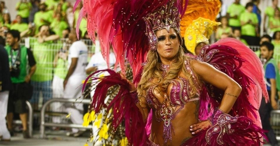 10.fev.2013 - Elen Pinheiro, madrinha da bateria da Unidos de Vila Maria, mostra seu charme. Agremiação foi a quinta a desfilar na segunda noite do Carnaval de São Paulo