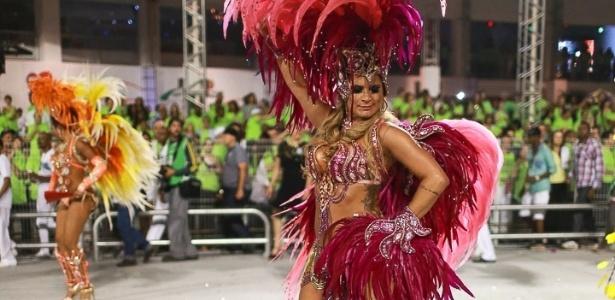 10.fev.2013 - Elen Pinheiro, madrinha da bateria da Unidos de Vila Maria, quinta escola que passou pelo Sambódromo do Anhembi no segundo dia de desfiles.