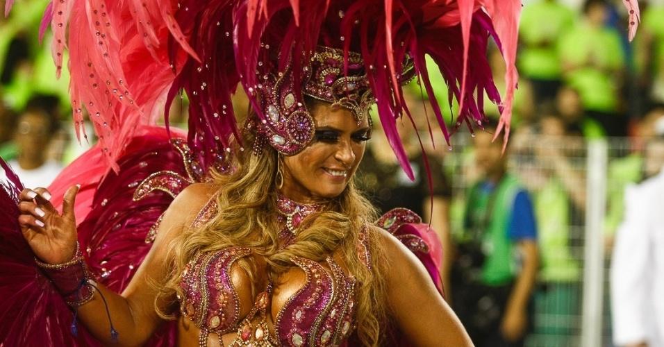 10.fev.2013 - Elen Pinheiro, madrinha da bateria da Unidos de Vila Maria, samba com alegria. Escola foi a quinta a desfilar na segunda noite do Carnaval de São Paulo