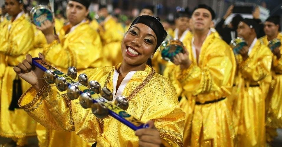10.fev.2013 - Integrante da bateria sorri enquanto canta o samba-enredo. A Unidos de Vila Maria foi a quinta escola a passar pelo Sambódromo do Anhembi neste sábado.