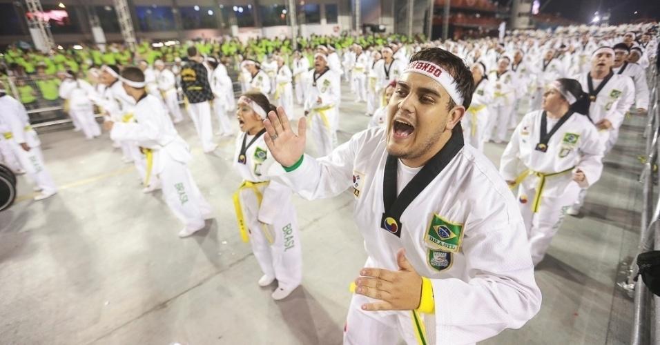 10.fev.2013 - Lutadores de Tae Kwon Do, uma arte de luta que surgiu na coreia. A Unidos da Vila Maria foi a quinta escola foi a quinta a passar pelo Sambódromo do Anhembi neste sábado.