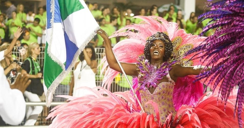 10.fev.2013 - Marina, Porta-Bandeira da A Unidos de Vila Maria, é mãe de seu parceiro de dança, o Mestre Sala Rodrigo. A escola foi a quinta a desfilar pelo Sambódromo do Anhembi, em São Paulo.
