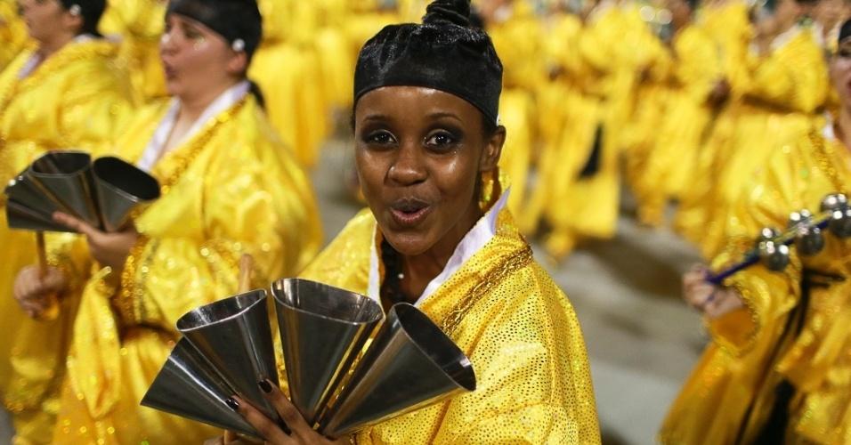 10.fev.2013 - Membro de um membro da bateria da da Unidos de Vila Maria. Escola desfilou no Sambódromo do Anhembi na segunda noite do Carnaval de São Paulo