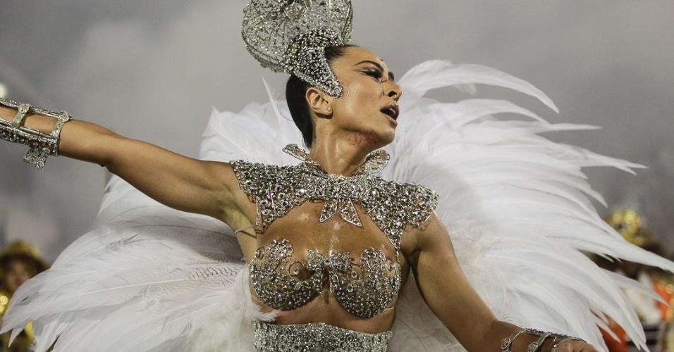 10.fev.2013 - Muito assediada, a apresentadora Sabrina Sato desfilou pela 9ª vez como rainha da bateria comandada por mestre Patinho