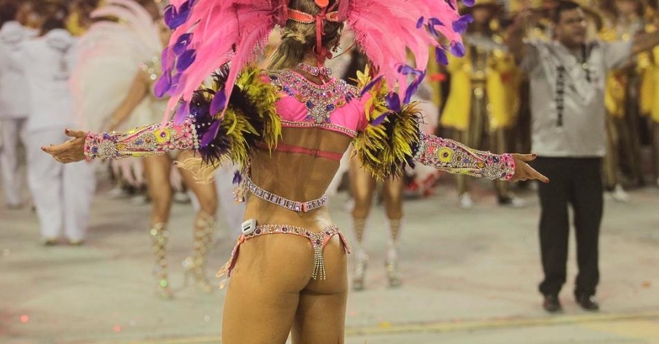 10.fev.2013 - 9.fev.2013 - A musa Ana Paula Minerato, que desfila à frente da bateria, precisou abriu mão de uma parte da fantasia, que demorou a chegar