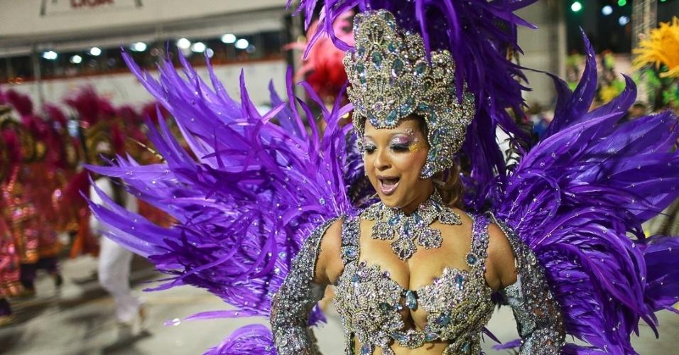 10.fev.2013 - Passista da Unidos de Vila Maria, quinta escola que passou pelo Sambódromo do Anhembi no segundo dia de desfiles.