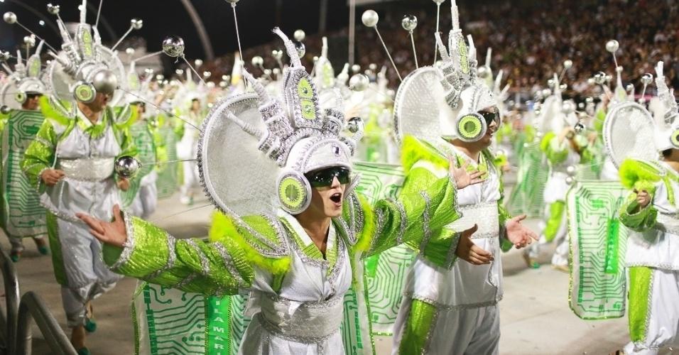 10.fev.2013 - Passistas da Unidos de Vila Maria cantam e sambam com alegria. Agremiação foi a quinta a desfilar na segunda noite do Carnaval de São Paulo