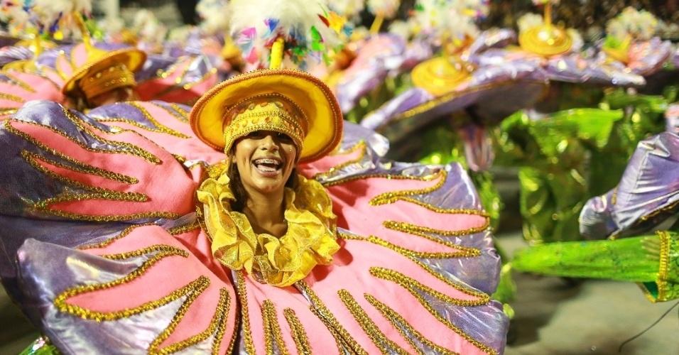 10.fev.2013 - Passistas da Unidos de Vila Maria sorriem enquanto sambam com a escola , A Unidos foi quinta escola que passou pelo Sambódromo do Anhembi no segundo dia de desfiles em São Paulo.