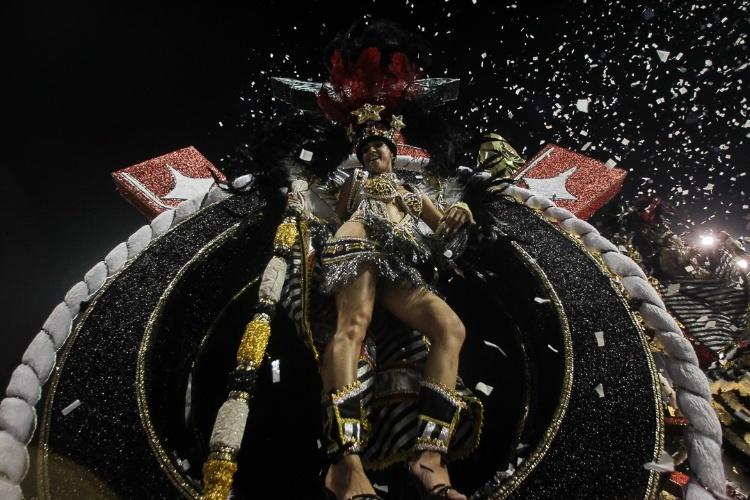 10.fev.2013 - Recepcionada com estusiasmo pela torcida que lotou as arquibancadas do Sambódromo paulistano, a escola entrou na avenida com com 25 alas, cinco alegorias e 3,8 mil integrantes