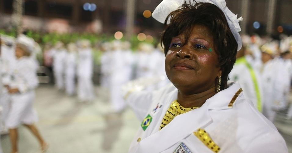 10.fev.2013 - Uma das representantes da Velha Guarda da Unidos de Vila Maria, quinta escola que passou pelo Sambódromo do Anhembi no segundo dia de desfiles.