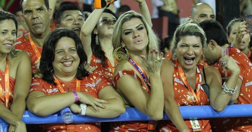 10.fev.2013 - A modelo Mirella Santos manda beijos para os passistas da União da Ilha
