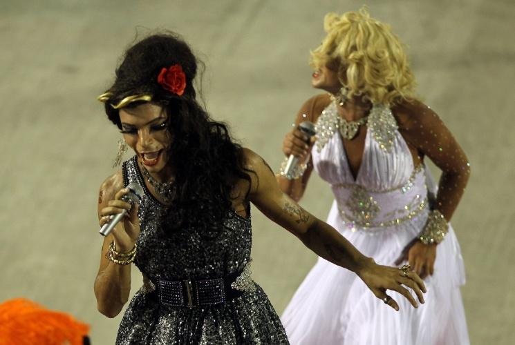 10.fev.2013 - Abrindo o desfile sobre fama, a comissão de frente do Salgueiro mostrou uma disputa entre atores vestidos como Amy Winehouse e Marilyn Monroe, duas personalidades que viveram sua fama de forma turbulenta