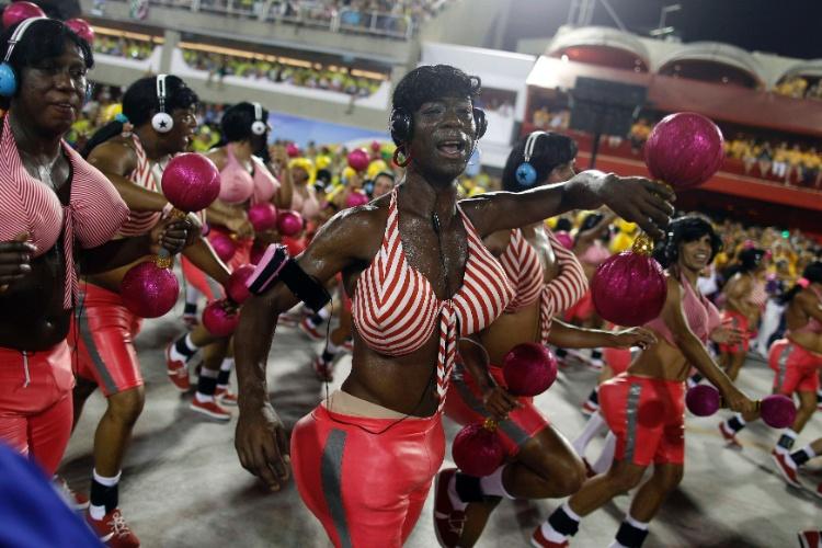 "10.fev.2013 - Ala do Salgueiro trouxe integrantes ""popuzudos"" e ""peitudos"", brincando com o culto ao corpo"