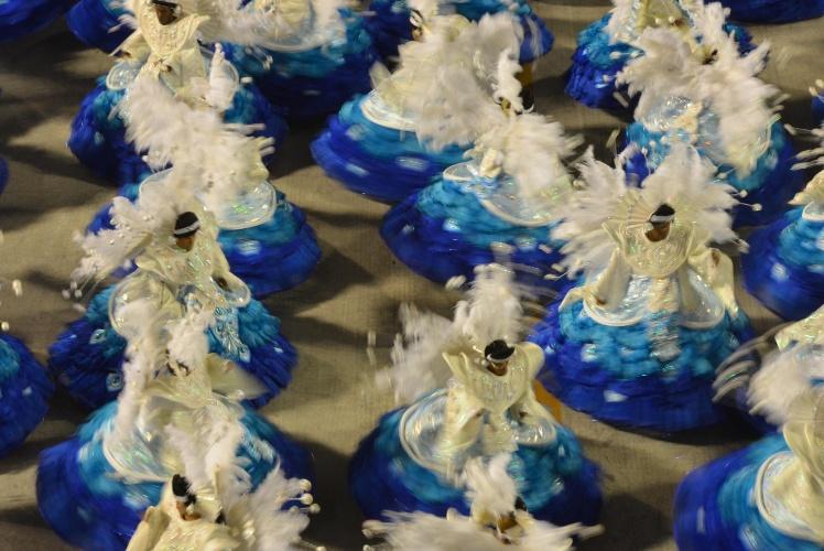 10.fev.2013 - Baianas da Inocentes de Belford Roxo; uma integrante da ala passou mal durante o desfile da escola
