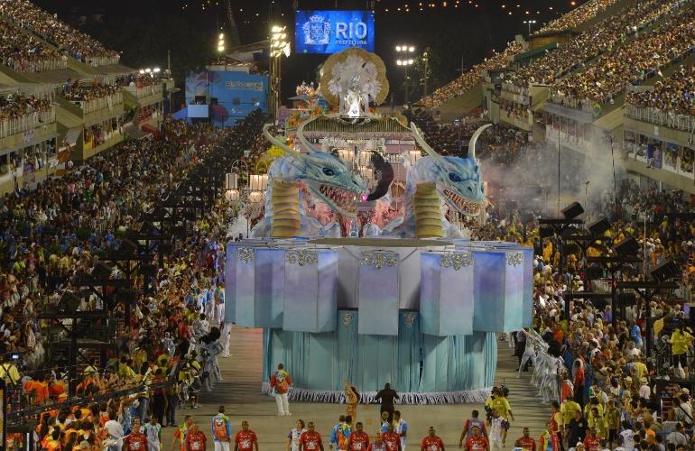 """10.fev.2013 - Com um enredo sobre os 50 anos da imigração sul-coreana para o Brasil, a Inocentes de Belford Roxo apresentou um carro abre-alas que mostrava dragões """"aquáticos"""", típicos do folclore do país"""