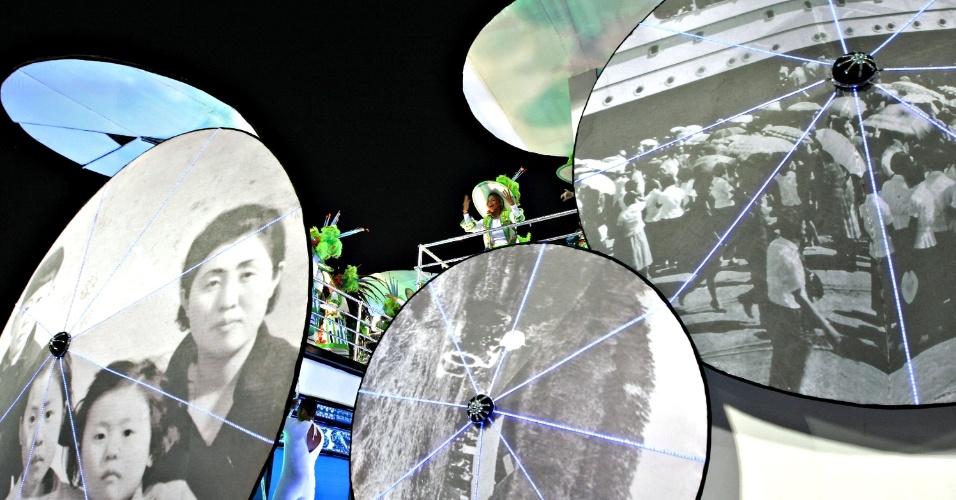 10.fev.2013 - Com um enredo sobre os 50 anos da imigração sul-coreana para o Brasil, a Inocentes de Belford Roxo apresentou um carro com as sombrinhas típicas do país