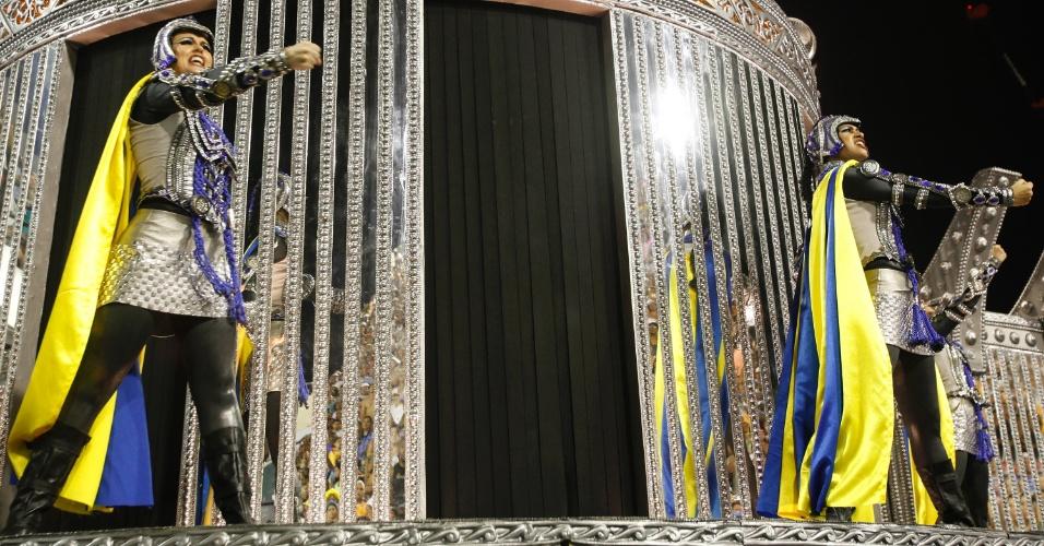 10.fev.2013 - Desfile da Unidos da Tijuca no sambódromo do Rio; houve problemas com os dois carros alegóricos iniciais, testemunhados pelas arquibancadas e jurados no Sambódromo carioca.