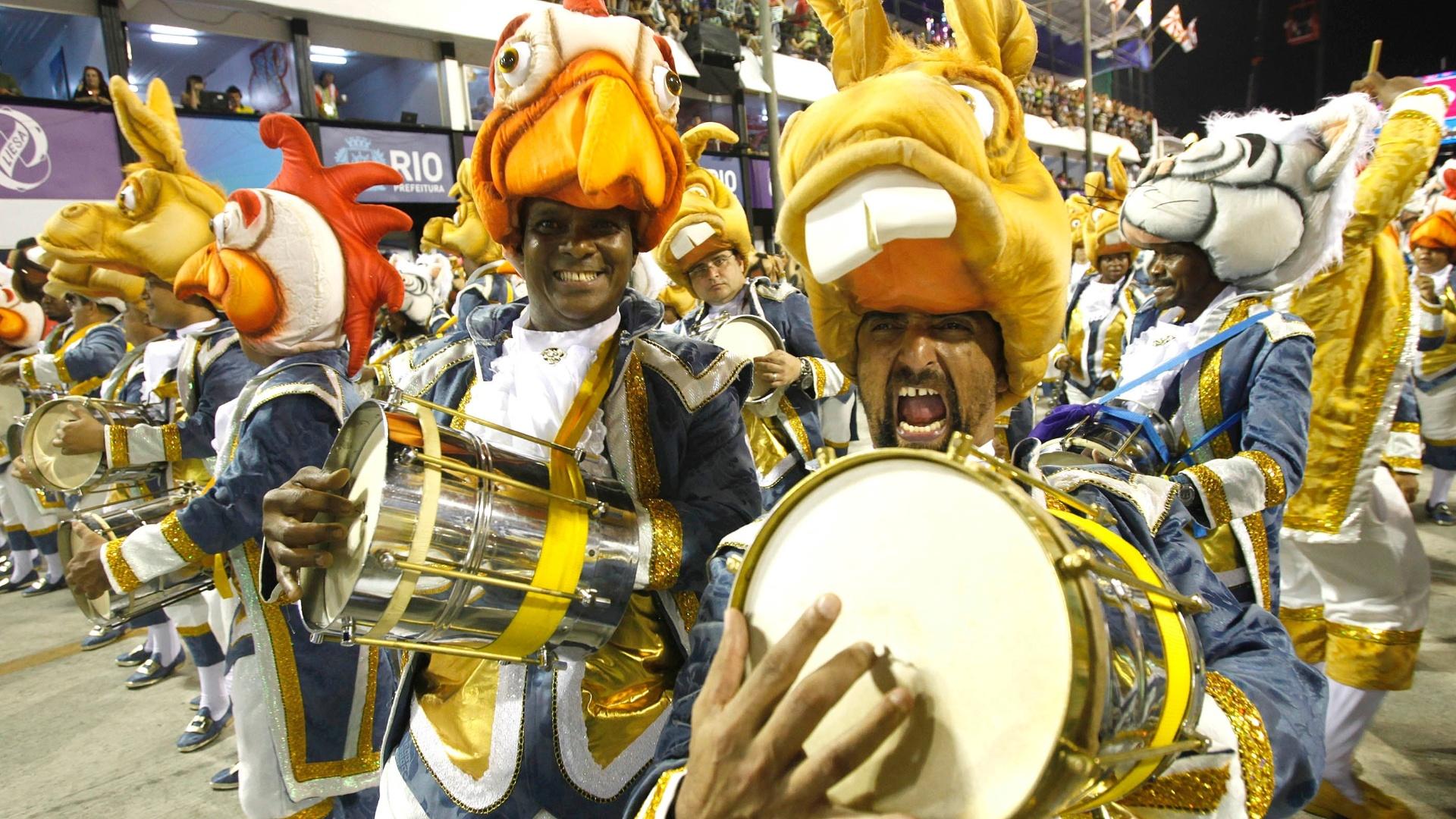 10.fev.2013 - Integrantes da bateria da Unidos da Tijuca estavam vestidos como os músicos de Bremem, personagens das fábulas dos irmãos Grimm, autores alemães