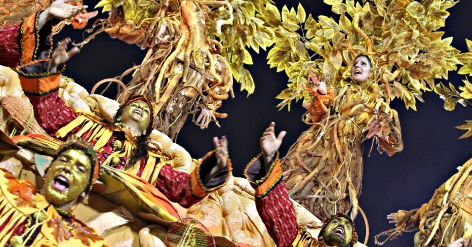 10.fev.2013 - Desfile da Unidos da Tijuca no sambódromo do Rio teve diversos problemas técnicos, mas conquistou o público com efeitos especiais e alas criativas
