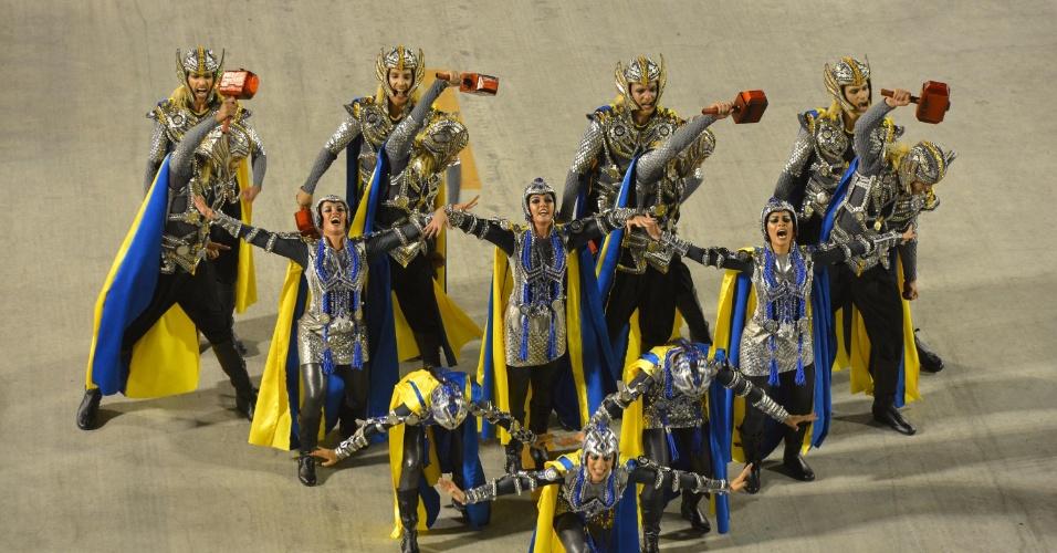 """10.fev.2013 - """"O martelo simboliza o poder de Thor"""" disse a coreógrafa da comissão de frente da Unidos da Tijuca, que desfilou na primeira noite no sambódromo do Rio"""