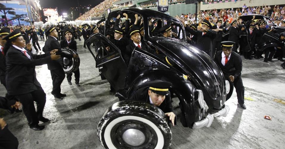 10.fev.2013 - Invenções alemãs como o carro Fusca, da Volkswagen, foram relembrados pela Unidos da Tijuca