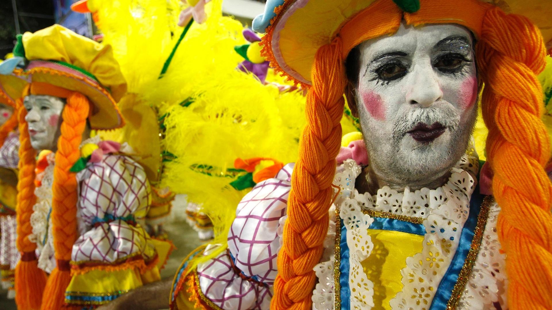 10.fev.2013 - Personagens dos autores alemães Jacob e Wilhelm Grimm fizeram parte do desfile da escola Unidos da Tijuca sobre a Alemanha