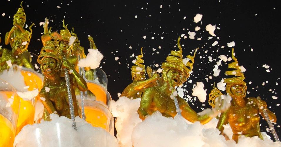 10.fev.2013 - Desfile da Unidos da Tijuca também homenageou a cerveja com grandes taças da bebida com espuma e destaques com pinturas douradas
