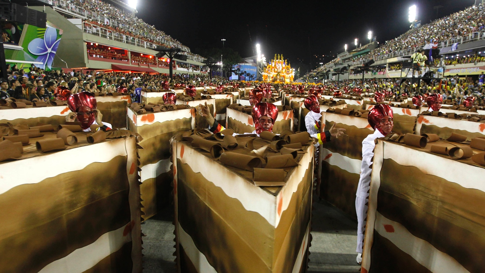 10.fev.2013 - Ala de passistas da Unidos da Tijuca tinha como destaque bolos de chocolate