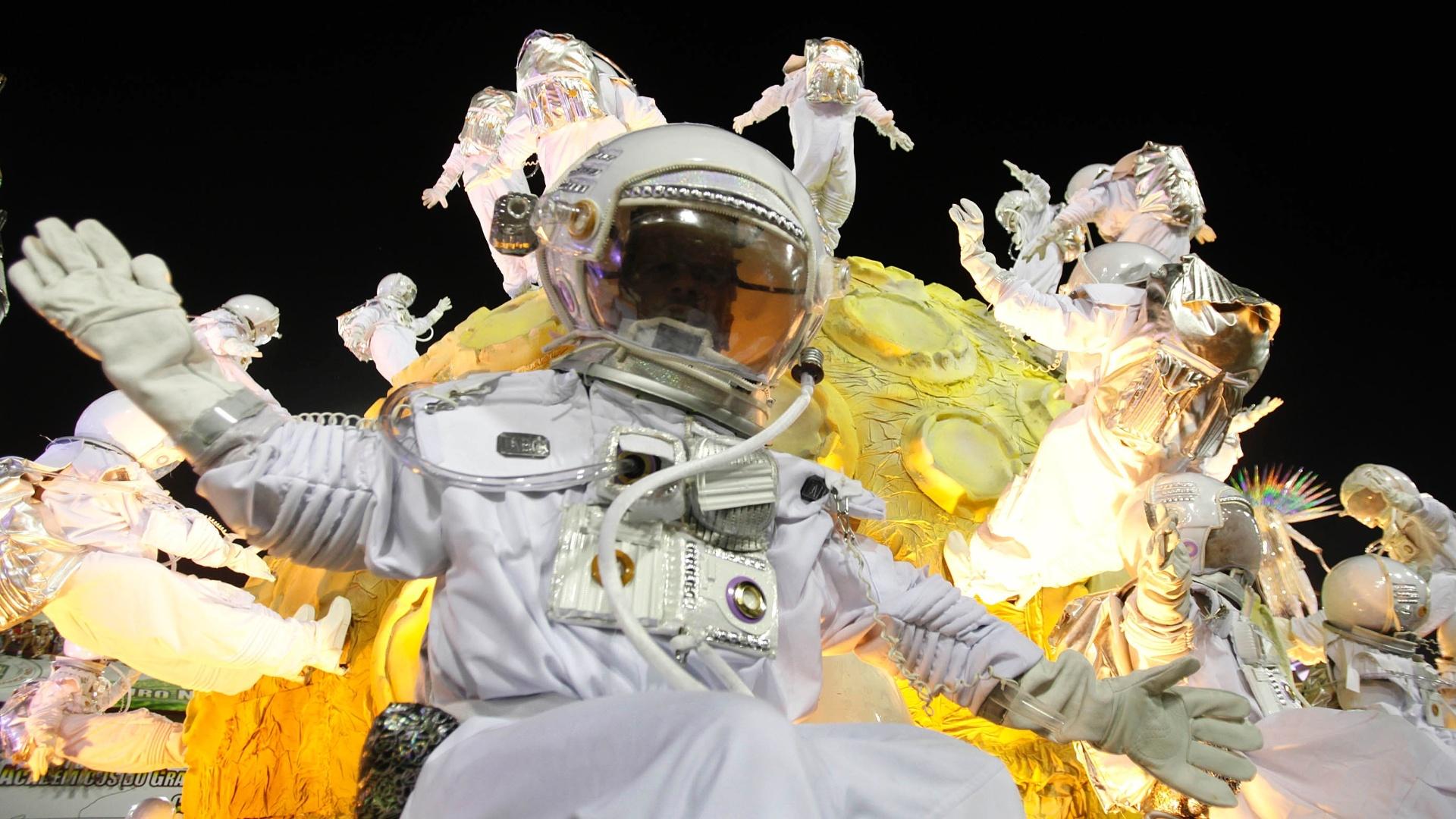 10.fev.2013 - Astronautas fizeram parte do desfile da Unidos da Tijuca