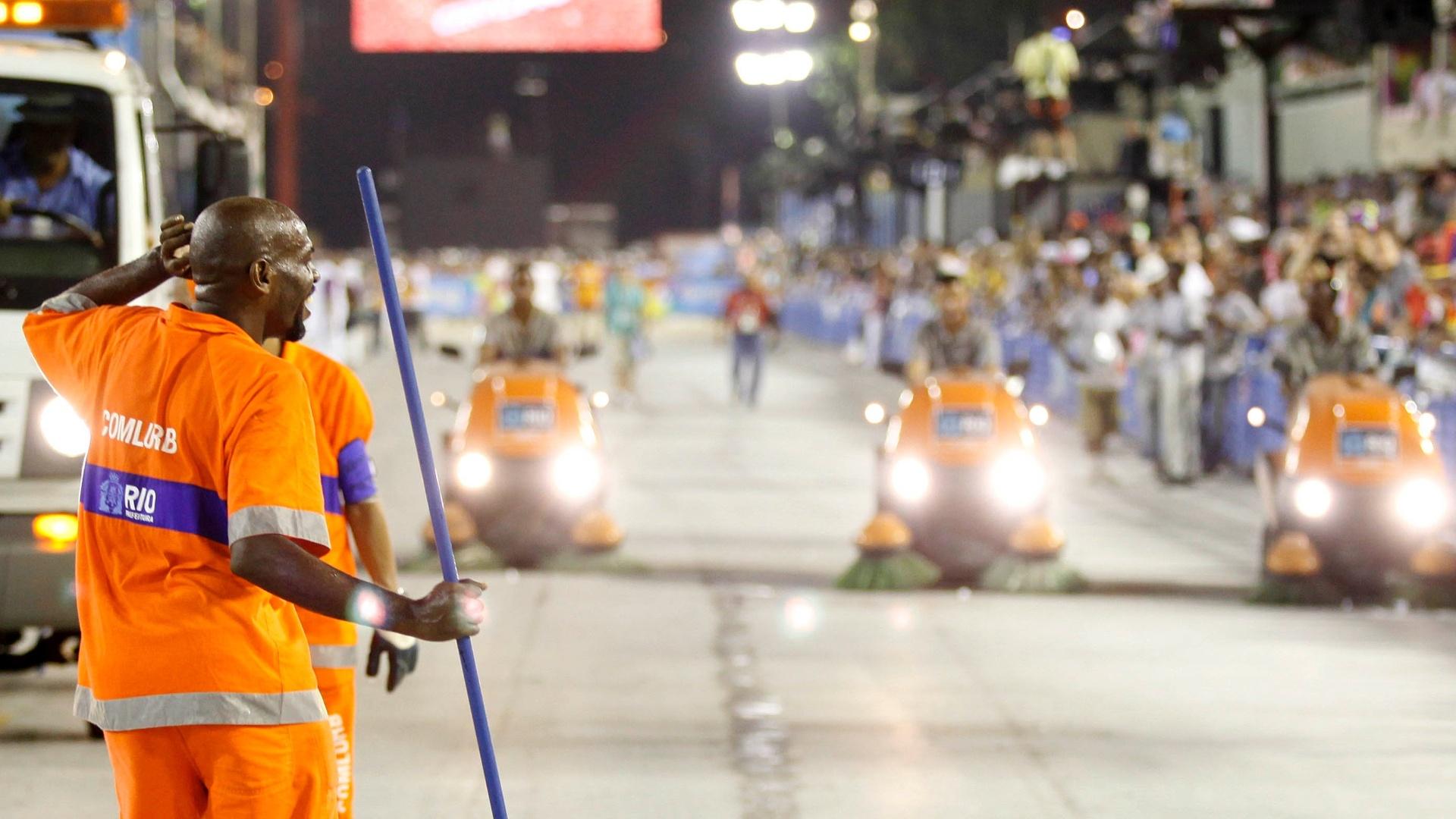 10.fev.2013 - Equipe de limpeza arruma o sambódromo do Rio após o desfile da Unidos da Tijuca