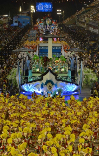 10.fev.2013 - Imagem aérea mostra a Inocentes de Belford Roxo tomando toda a extensão da Marquês de Sapucaí; a escola foi a primeira a desfilar pelo Grupo Especial do Rio de Janeiro
