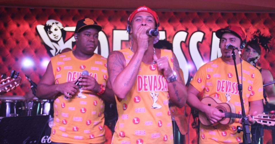 10.fev.2013 - Leandro Sapucahy faz show no camarote Devassa, no Rio de Janeiro
