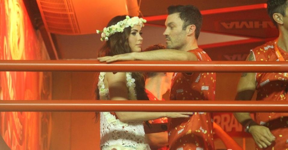 10.fev.2013 - Megan Fox e o namorado Brian Austin Green trocam beijos na frisa do Camarote Brahma