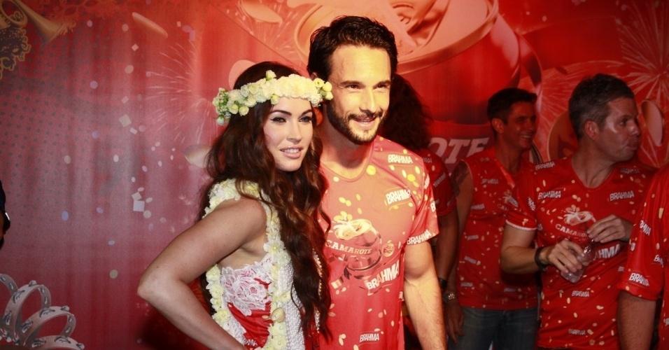 10.fev.2013 - Megan Fox posa ao lado do ator Rodrigo Santoro no Camarote Brahma; tumulto na chegada assustou a atriz