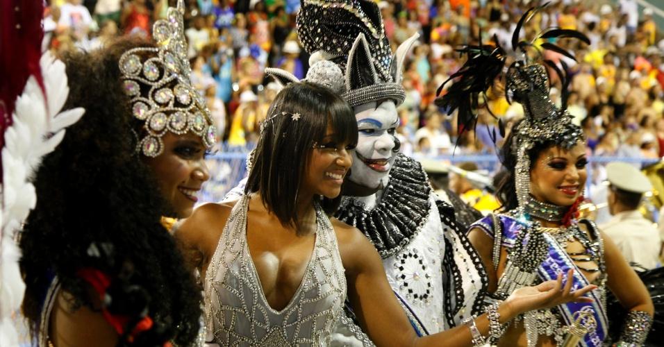 10.fev.2013 - Musas da Inocentes de Belford Roxo posam para fotos durante o desfile da escola, que abriu as apresentações de agremiações do Grupo Especial do Rio de Janeiro