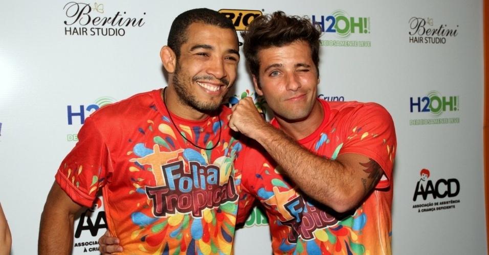 10.fev.2013 - O ator Bruno Gagliasso brica com o lutador José Aldo, campeão mundial do UFC