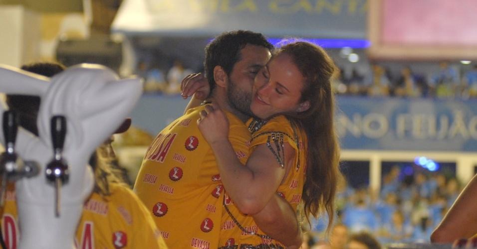 10.fev.2013 - o ator Bruno Garcia troca beijos com a namorada, Raphaela Rodrigues, no camarote Devassa