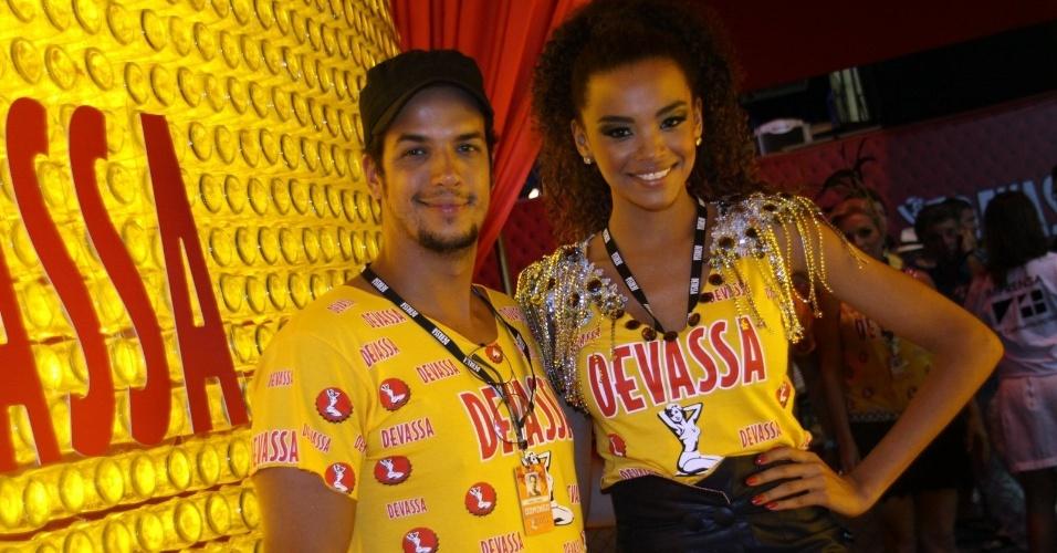 10.fev.2013 - O casal de atores Lucy Ramos e Thiago Luciano curtiram a festa no Camarote Devassa
