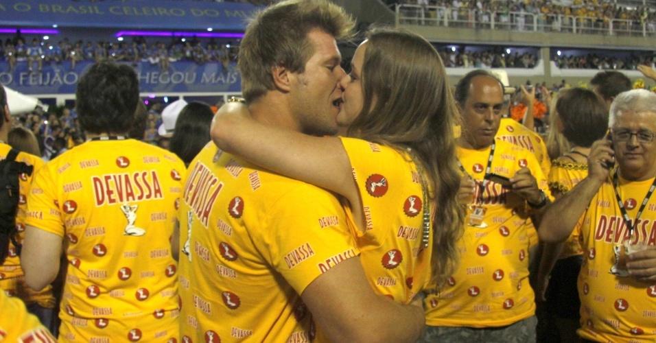 10.fev.2013 - O ex-BBB Alemão beija a namorada Vivian Steinhoff
