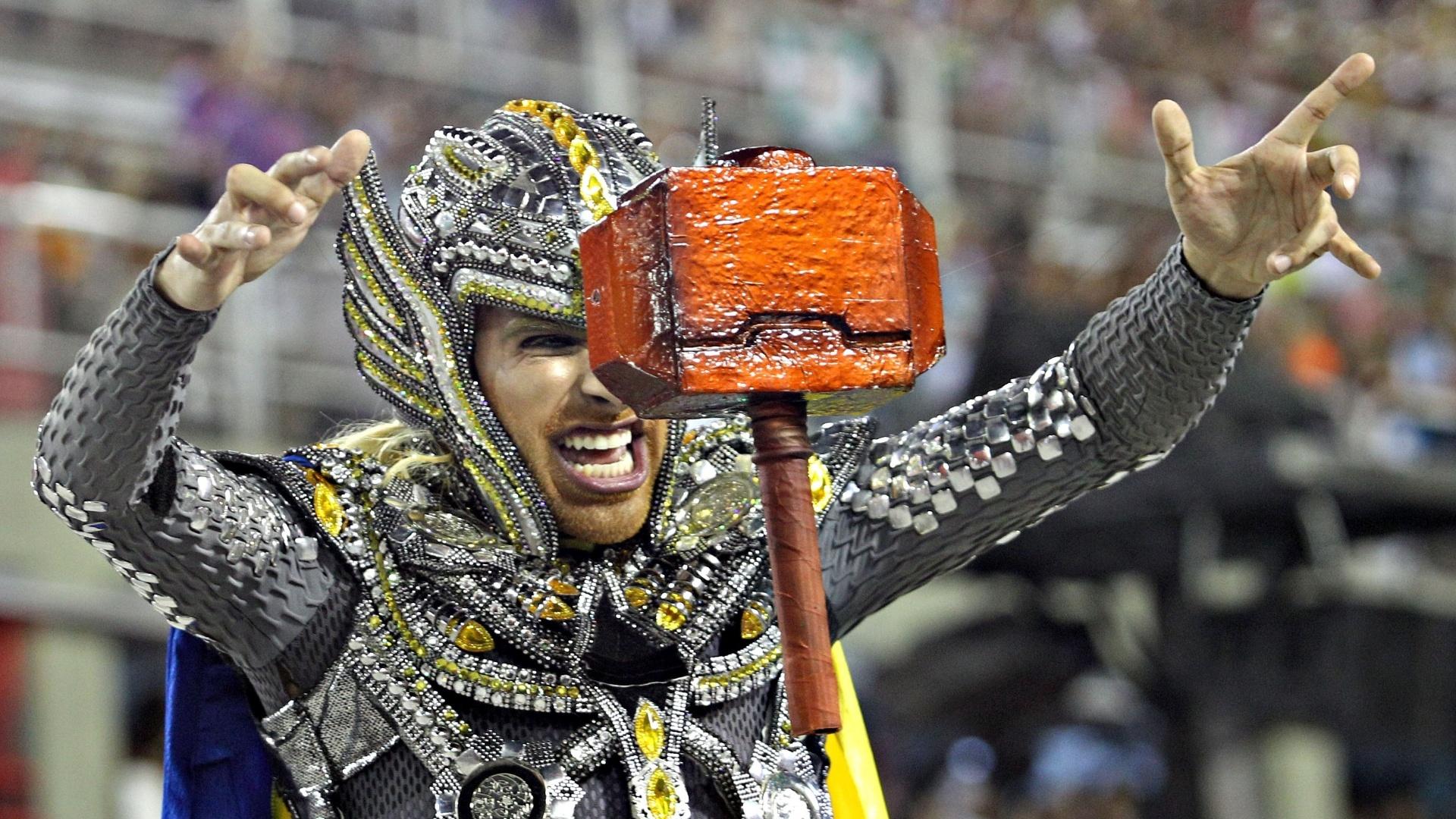 10.fev.2013 - Truque com linhas deu o efeito do martelo de Thor flutuar durante o desfile da Unidos da Tijuca