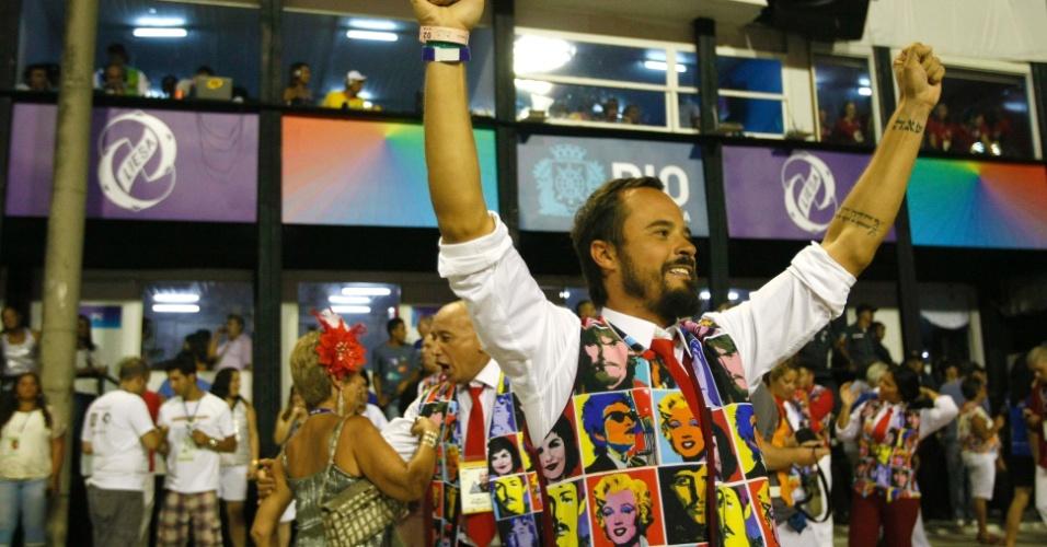 10.fev.2013 - Paulinho Vilhena foi para a passarela da Salgueiro para cantar o samba-enredo que faz referência o mundo das celebridades