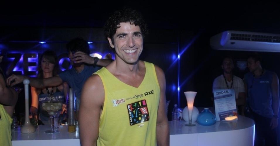 10.fev.2013 - Reynaldo Gianecchini sorri em meio a folia de Salvador