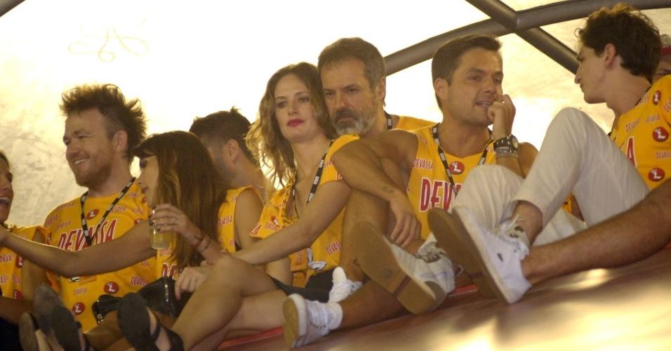 10.fev.2013 - Ricardo Waddington namora com Gabriela Gomes no camarote Devassa