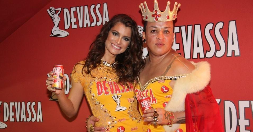 10.fev.2013 - Walério Araújo e Alinne Moraes posam para foto no camarote Devassa, no Rio de Janeiro
