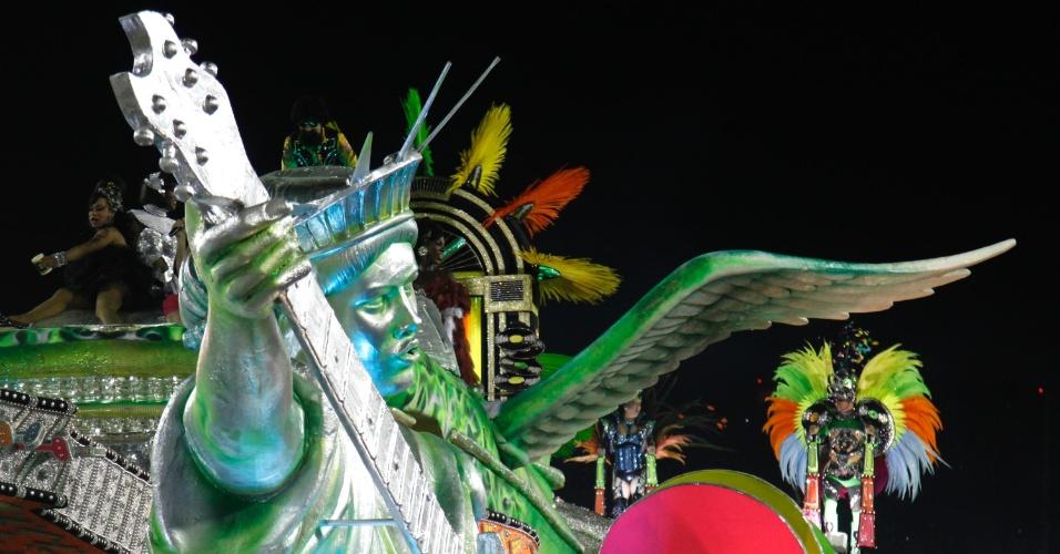 11.02.2013 - Carro alegórico traz uma réplica da estátua da Liberdade segurando uma guitarra. Escola faz homenagem ao Rock in Rio.