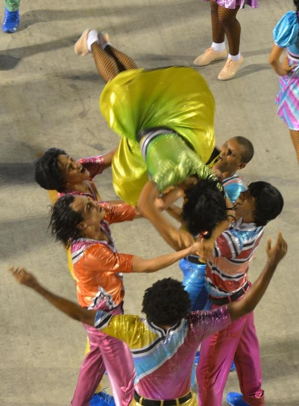 11.02.2013 - Comissão de frente faz saltos e mortais. Mocidade Indepentende canta em homenagem ao Rock in Rio