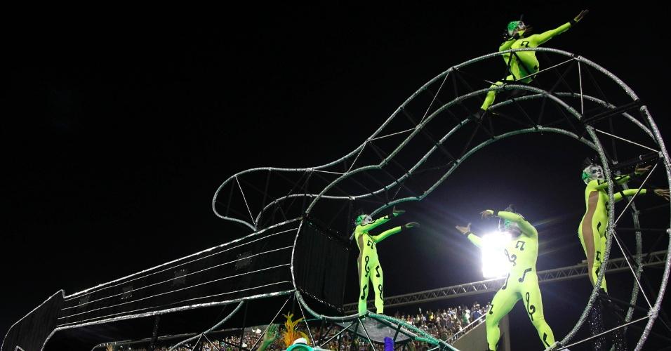 11.02.2013 - Detalhe da coreografia no carro de comissão de frente. Mocidade Indepentende canta em homenagem ao Rock in Rio
