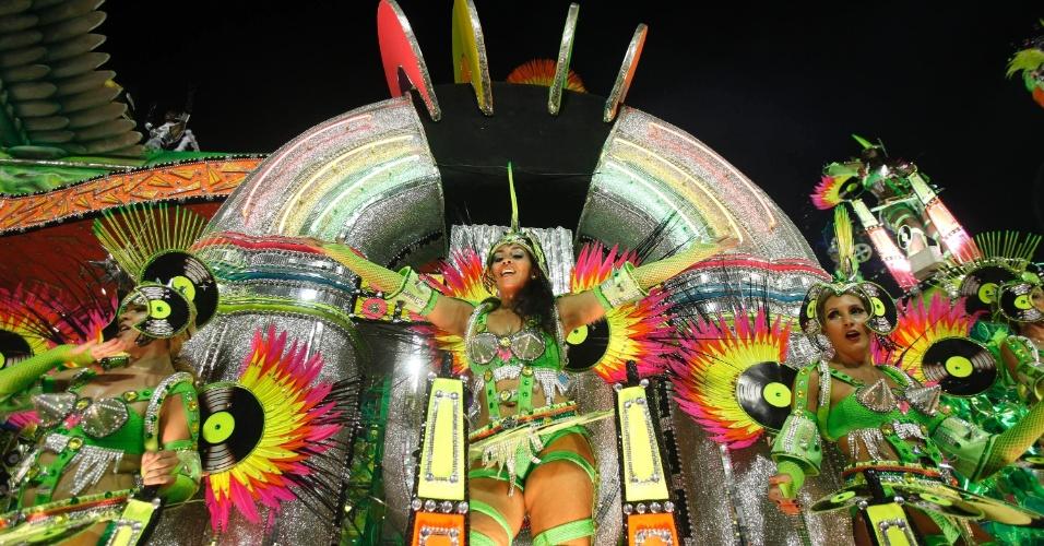 11.02.2013 - Destaques cantam o enredo que faz homenagem ao Rock in Rio. Mocidade Independente faz Carnaval com materiais reciclados.
